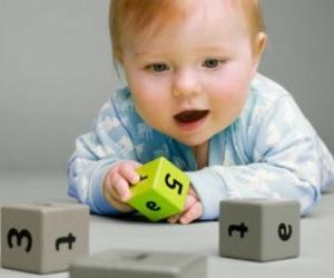 Bebê-brincando-com-dados